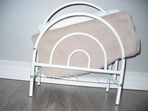 White metal magazine/towel/facecloth rack