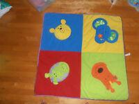 Articles divers de bébé : tapis, jeux