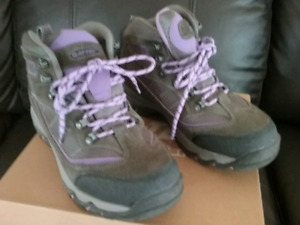 BOOTS--HIKING