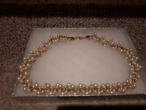 Beau collier de fausses perles; Pearl necklace, costume jewelry.