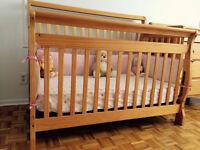 Un lit de bébé convertible et bureau a langer de Kidiway