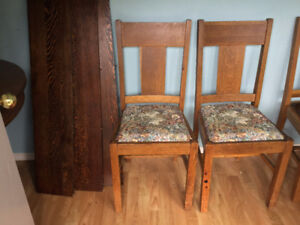 Canadiana Round Dining Table & Chairs