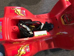 Voiturette à 4 roues pour enfants (rechargeable)