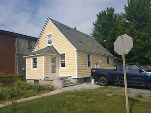 ADORABLE 3 BEDROOM HOUSE - WELLAND - AUGUST 1ST