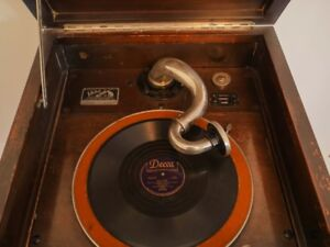 1926 RCA Victrola with records. Like a blast from the past!