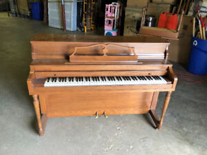 Selling Piano 7809010405