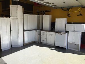 GRANITE AND WHITE CUPBOARD KITCHEN, EXCELLENT CONDITION