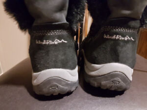 Winter Boots Black Size 6 more like a size 5.5 Windriver New