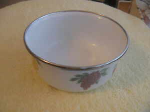 ONE VINTAGE ENAMELWARE SAUCE PAN...PERFECT for the COTTAGE