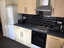 Available NOW - LOVELY DOUBLE BEDROOM in excellent INNER AVENUE shared house