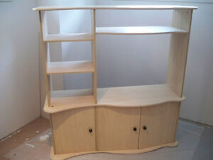 TV stand with shelves (flat-packed / emballé à plat)