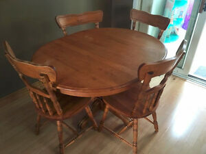 solid oak table comes with 2 leafs & 6 chairs