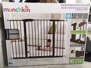 Munchkin Easy-Close Metal Baby Gate - Extra Tall & Wide