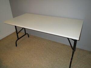 Belle table pliante en mélamine blanche de 60'' x 30'' x 1'' ép.