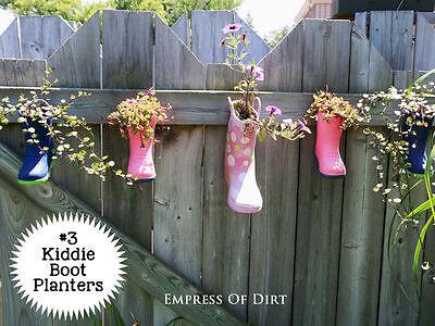 Einige Blumentöpfe aus Kinder-Gummistiefeln