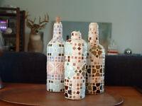 3 bouteilles vintage recouvertes de mosaïque