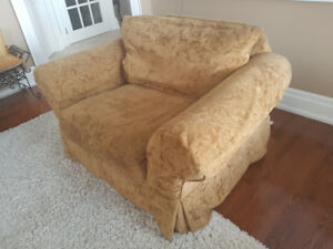 COMFORTABLE AND COZY LOVE SEAT