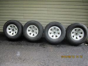 4 pneus d'hiver montés sur roues et capteur de pression TPMS