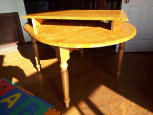 Good condition expandable oak dining table