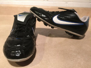 Youth Nike Outdoor Soccer Cleats Size 4Y London Ontario image 1