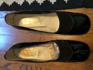 """Vintage (1968) all leather 2""""  heeled patent leather shoes"""