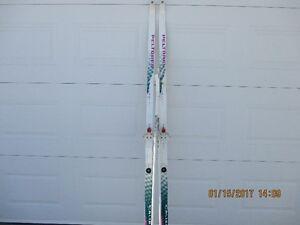 Ancienne paire de skis de fond (femmes/hommes)