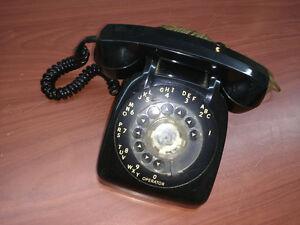 Vieux téléphone noir à cadran