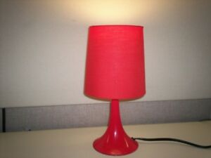 Lampe de table ou chevet rouge.