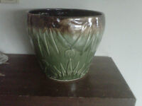 2 large Roseville plant pot, 9 inches tall 25$ ea or 40$ for 2