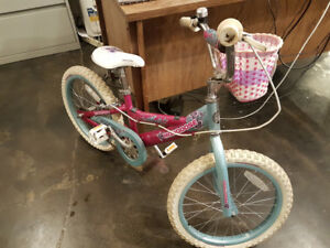 Magnifique Vélo de Princesse pour fille 7 à 10 ans. Avec casque!