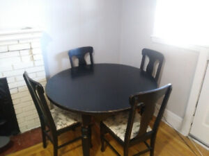 Black extendable dining room table with full set of chairs (6)