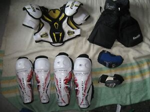 Équipement de hockey junior (pantalon. épaulette, pads, patins)