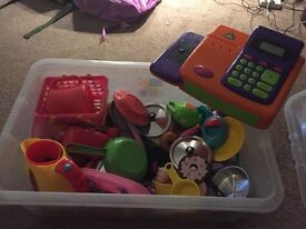 Box of play food, til, kettle, pans etc