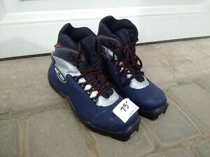 Saloman Kids X Cross Country Ski Boots EU 36. Located in Camrose