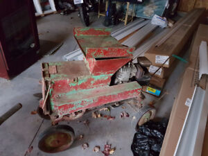 Ancienne déchiqueteuse sur roues pour les branches de compagnie