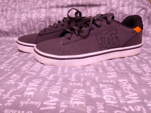 EUC Mens size 7 DC Shoes