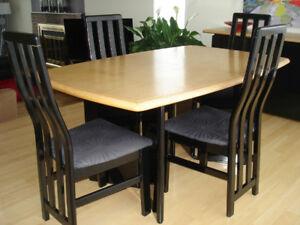 Ensemble de salle à dîner - table et 4 chaises