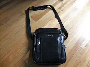 kenneth cole reaction messenger bag in new cond