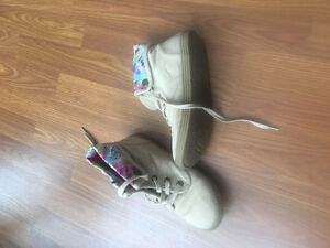 A fee boots for sale in select sizes.  All $5 a pair beige blowf