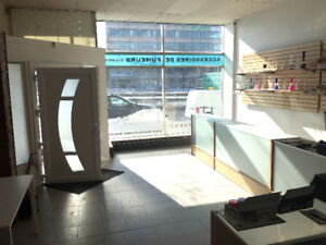 Retail space with full height windows/ESPACE COMMERCIAL  À LOUER