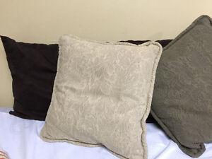 lot de coussins variée et une douillette super propre lit simple