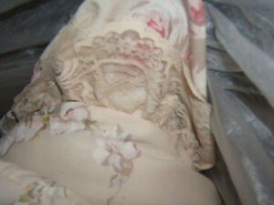 QUEEN SIZED BEDSPREAD AND SHAMS ,ANTIQUE ROSE/LACE ON BOTTOM Kingston Kingston Area image 2