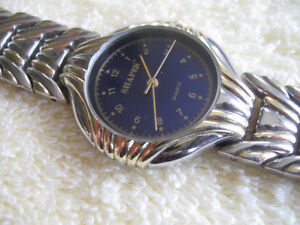 GORGEOUS VINTAGE SHAPED BATTERY-OPERATED WRIST WATCH