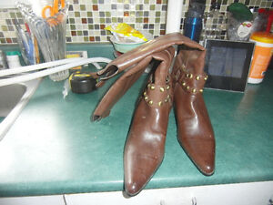 SIZE 8 MEDIUM BROWN BOOTS