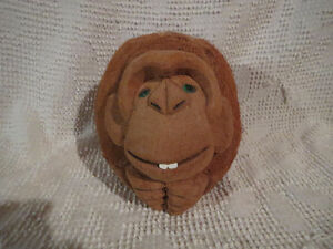Monkey Carved from Coconut / Singe scuplté d'une noix de coco