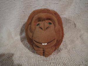 Monkey Carved from Coconut / Singe scuplté d'une noix de coco