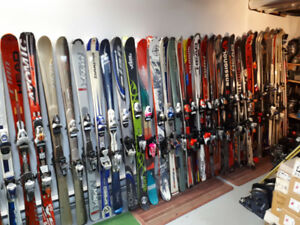 Plein de skis alpins juniors et adultes à vendre à bas prix