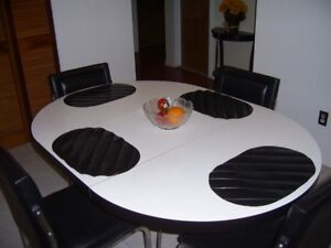 Kitchen Table & Leather Chairs (Retro-Style)