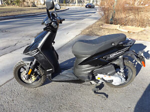 SCOOTER PIAGGIO TYPHOON 2013 et accesoirs COMME NEUF LIKE NEW!!