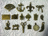 BRELOQUES OU PENDANTIFS DIVERS / VARIOUS BRONZE COLOR CHARMS